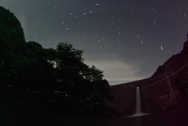 北の星座とホタル