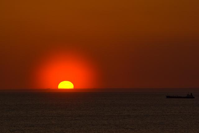 沈む夕日と船