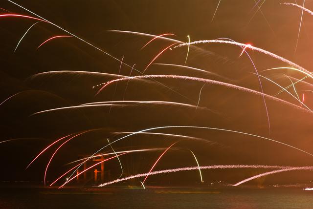 2009年7月31日 芦ノ湖湖水まつり 鳥居と花火