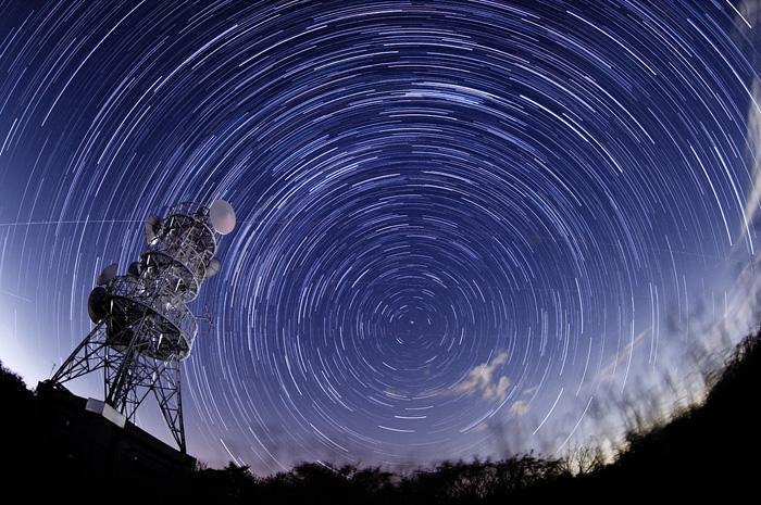 北の星空と電話中継アンテナ